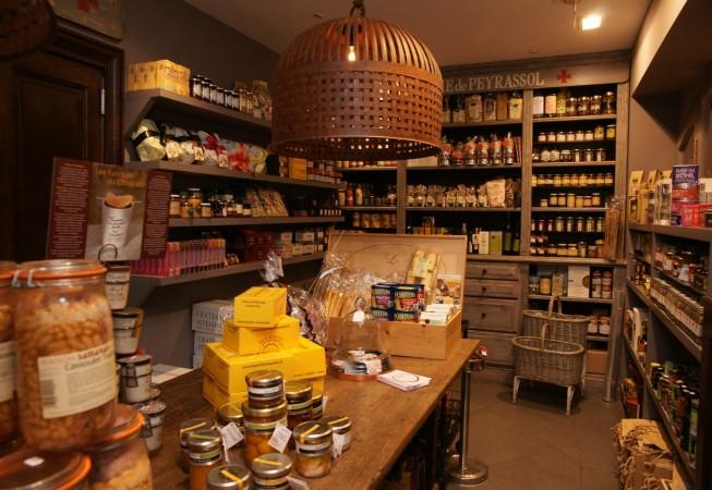 Intérieur de la boutique Un Jour à Peyrassol à Saint-Tropez
