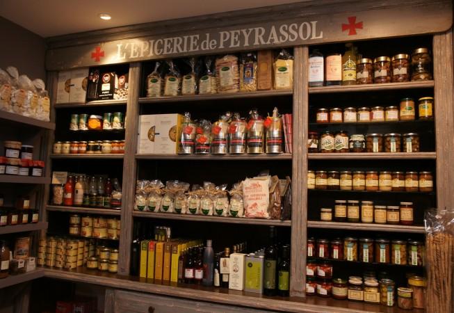 Mur de produits de la commanderie de peyrassol à la boutique de Saint Tropez