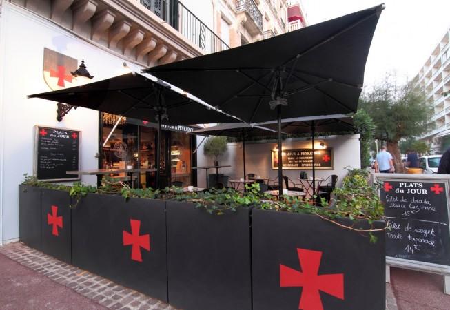 terrasse et croix templières du restaurant un jour à peyrassol à Biarritz